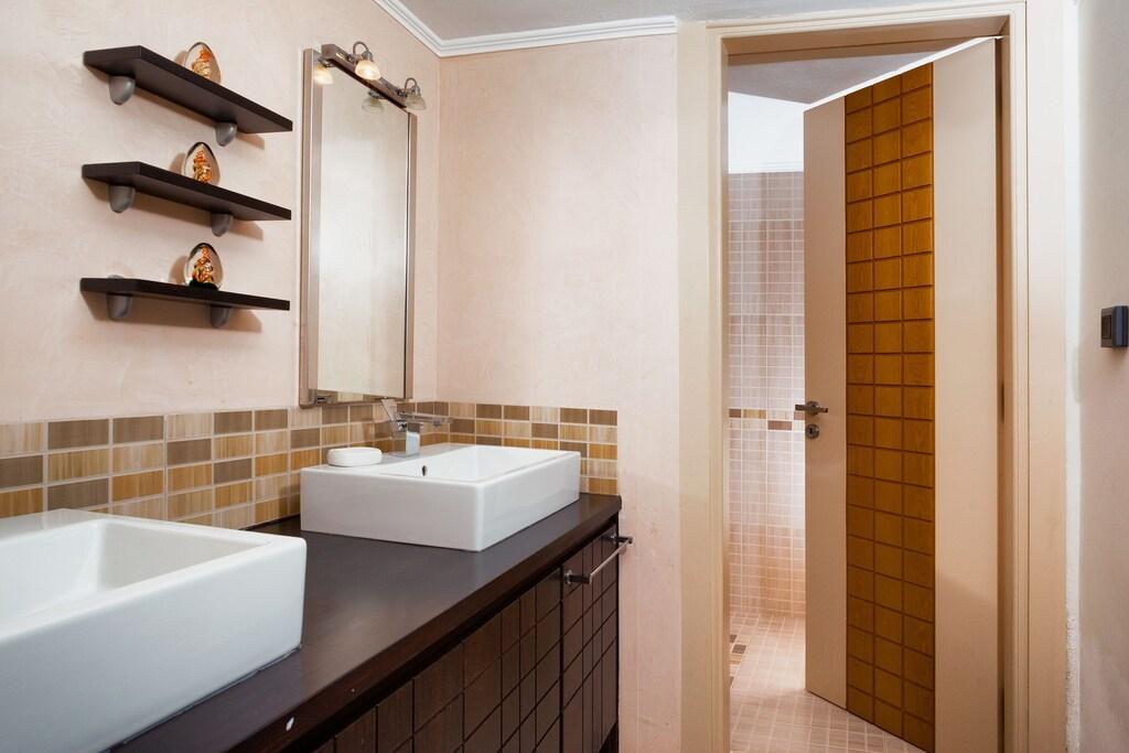 luxury villas imerovigli bathrooms