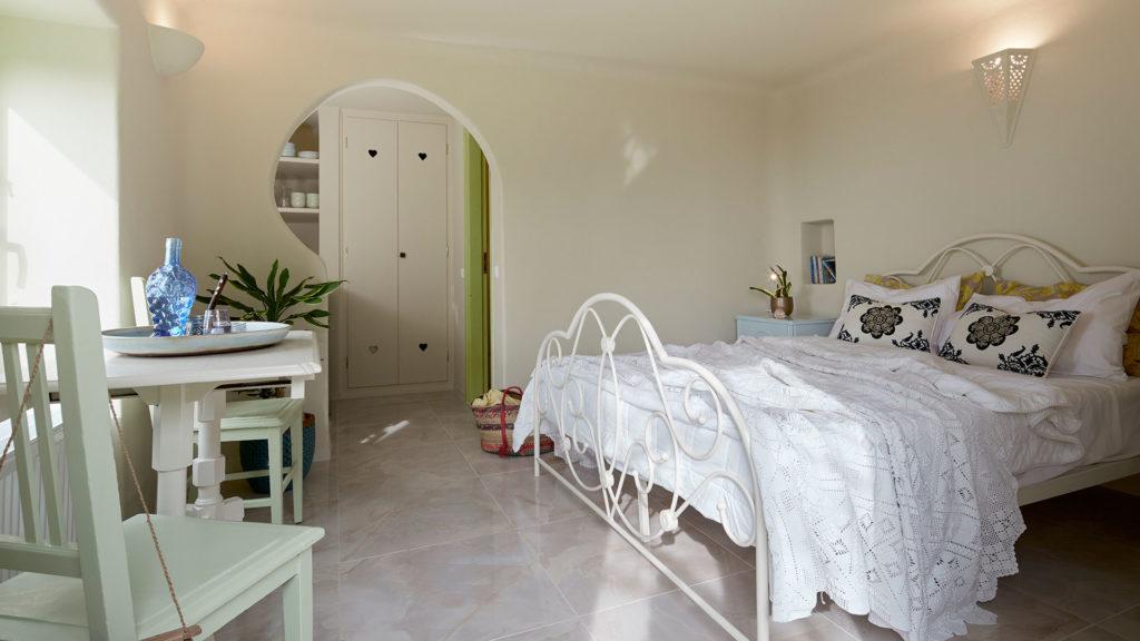 cave suites santorini bedroom
