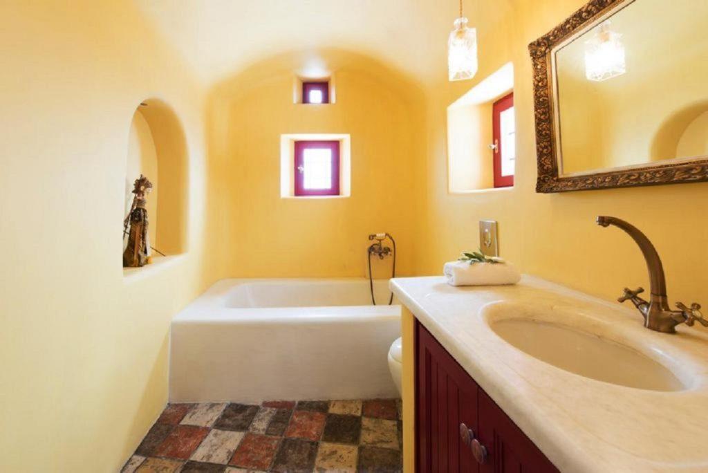 bathrooms jacuzzi oia village